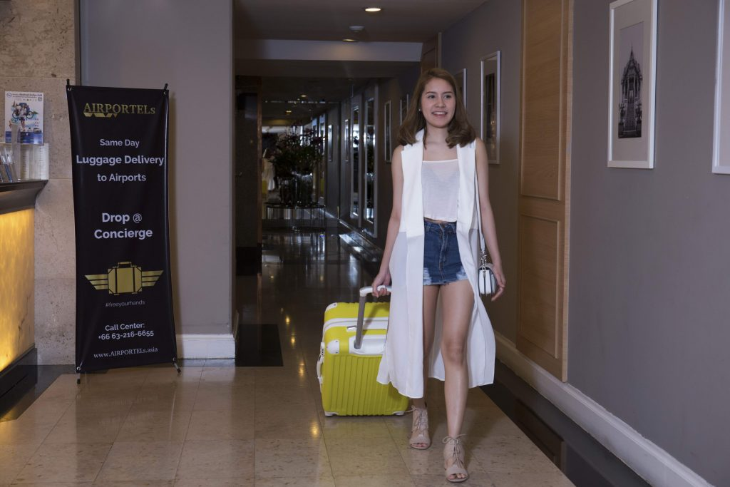 pack your luggage and go to hotel lobby,deliver luggage in bangkok